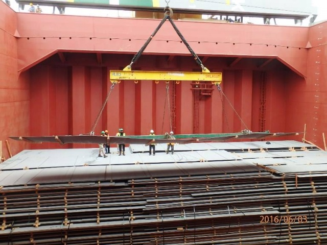 Philly Shipyard staff lift steel delivery for DKI.